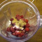 Himbeeren und Zucker im Mixer