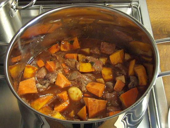 Foto: Rinderragout mit Wurzelgemüse vor dem Kochen