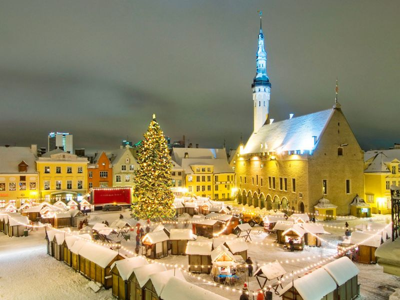 https://upload.wikimedia.org/wikipedia/commons/8/8a/Tallinn_christmas_market.jpeg