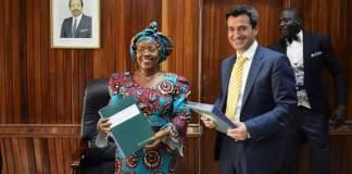 La ministre camerounaise des Postes et Télécommunications, Mme Minette Libom Li Likeng, et le CEO de MTN Cameroun, Saim Yaksan, lors de la signature de l'avenant à la Convention de Concession.   Photo : © MINPOSTEL
