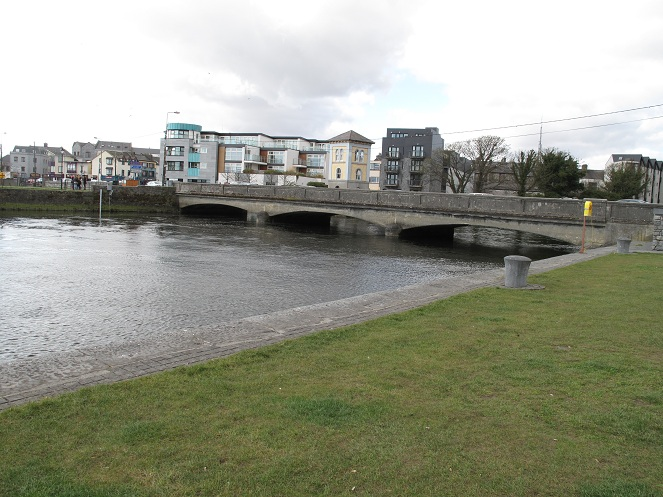 Shows a picture of a bridge over the river Corrib.
