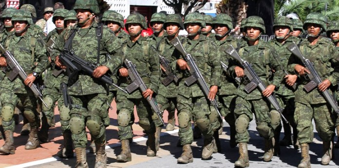 Desfile de aniversario de la Revolución Mexicana en el Parque Fundidora