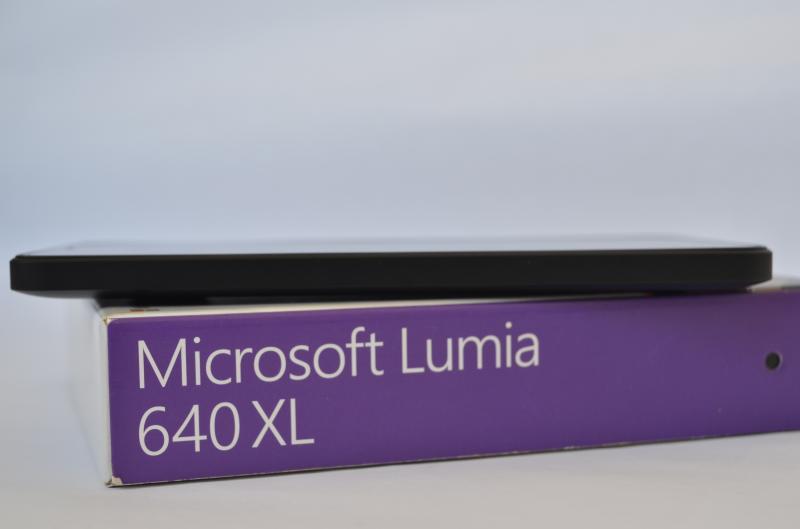 Lumia_640XL_box_with_model