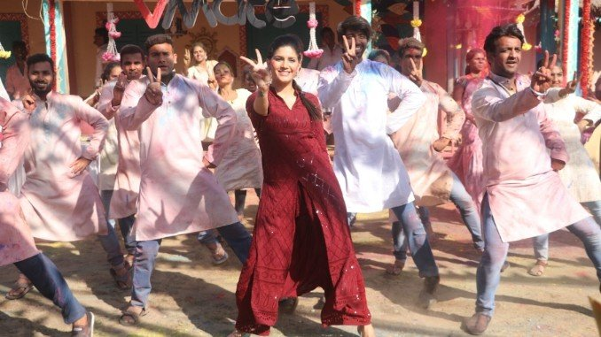 In VMate's Holi campaign, Sapna Chaudhary yet again enthralls in her 'desi' avatar - Digpu