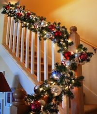37 Beautiful Christmas Staircase Dcor Ideas To Try - DigsDigs