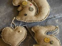 burlap Christmas ornaments with buttons look cute and very simple
