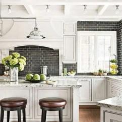 Kitchen Backsplashes 33x22 Sink 5个最新的厨房后挡板趋势 装修攻略 走进顶派 成都家装公司排名前十名 黑色地铁瓷砖后挡板与白色水泥浆使中性厨房更有趣