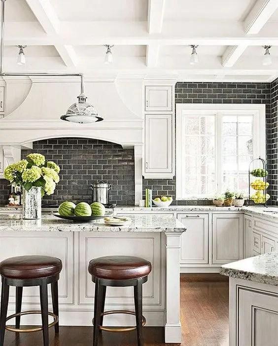 kitchen backspash ikea designs 5个最新的厨房后挡板趋势 装修攻略 走进顶派 成都家装公司排名前十名 黑色地铁瓷砖后挡板与白色水泥浆使中性厨房更有趣