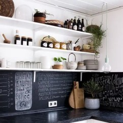 White Kitchen Backsplash Ceiling Lights 5个最新的厨房后挡板趋势 装修攻略 走进顶派 成都家装公司排名前十名 黑色的黑板后挡板和黑色大理石台面在白色的厨房里