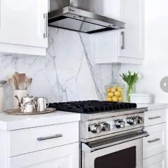 White Kitchen Backsplash Prefab Cabinets 5个最新的厨房后挡板趋势 装修攻略 走进顶派 成都家装公司排名前十名 一个凉爽时尚的大理石后挡板 在白色的厨房里吸引眼球
