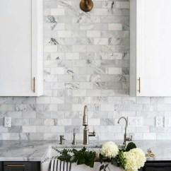 Grey Kitchen Backsplash Mobile Home Remodel 5个最新的厨房后挡板趋势 装修攻略 走进顶派 成都家装公司排名前十名 地铁灰色大理石瓷砖 用于修整白色和灰色的厨房