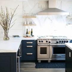 White Kitchen Backsplash With Pizza Oven 5个最新的厨房后挡板趋势 装修攻略 走进顶派 成都家装公司排名前十名 海军厨房配有白色大理石台面和后挡板 外观更优雅