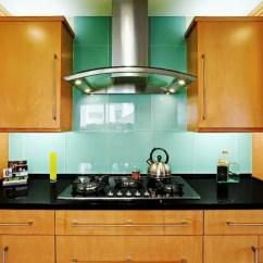 Kitchen Backslash Redesigning A 5个最新的厨房后挡板趋势 装修攻略 走进顶派 成都家装公司排名前十名 后挡板上的超大绿松石瓷砖在暖色调的厨房中脱颖而出