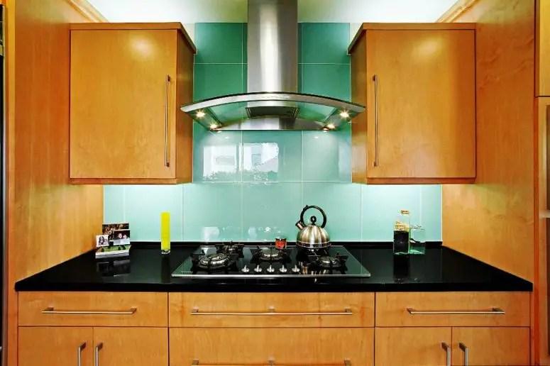 kitchen backsplashes colors to paint cabinets 5个最新的厨房后挡板趋势 装修攻略 走进顶派 成都家装公司排名前十名 后挡板上的超大绿松石瓷砖在暖色调的厨房中脱颖而出
