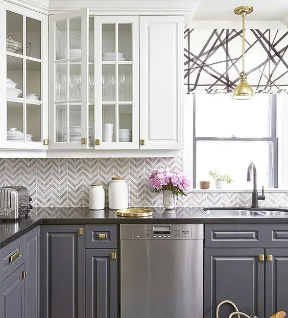backsplash kitchen remodel pictures 5个最新的厨房后挡板趋势 装修攻略 走进顶派 成都家装公司排名前十名 一个大胆的厨房 灰色和白色的雪佛龙瓷砖后挡板