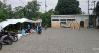 Aksi Tak Ditanggapi Sejumlah pegawai sedang mogok kerja di depan RS Martha Friska