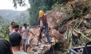 Jalan Tertimbun Longsor, 8 Desa di Kecamatan Ulu Pungkut Terisolir