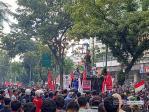 "Demo Omnibus Law, AKBAR Sumut Bawa Patung ""Babi"" Menuju DPRD Sumut"