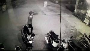 Aksi Pencurian Sepeda Motor di Halaman Mesjid Jamil Terekam CCTV