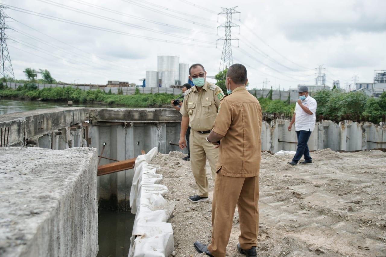 Plt Walikota Medan, Akhyar Nasution bersama Kadis PU Medan, Zulfansyah saat meninjau pembangunan jembatan Titi 2 Sicanang beberapa waktu lalu. (istimewa)