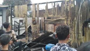 Diduga Korslet, Tiga Rumah Kawasan Padat Penduduk Ludes Terbakar
