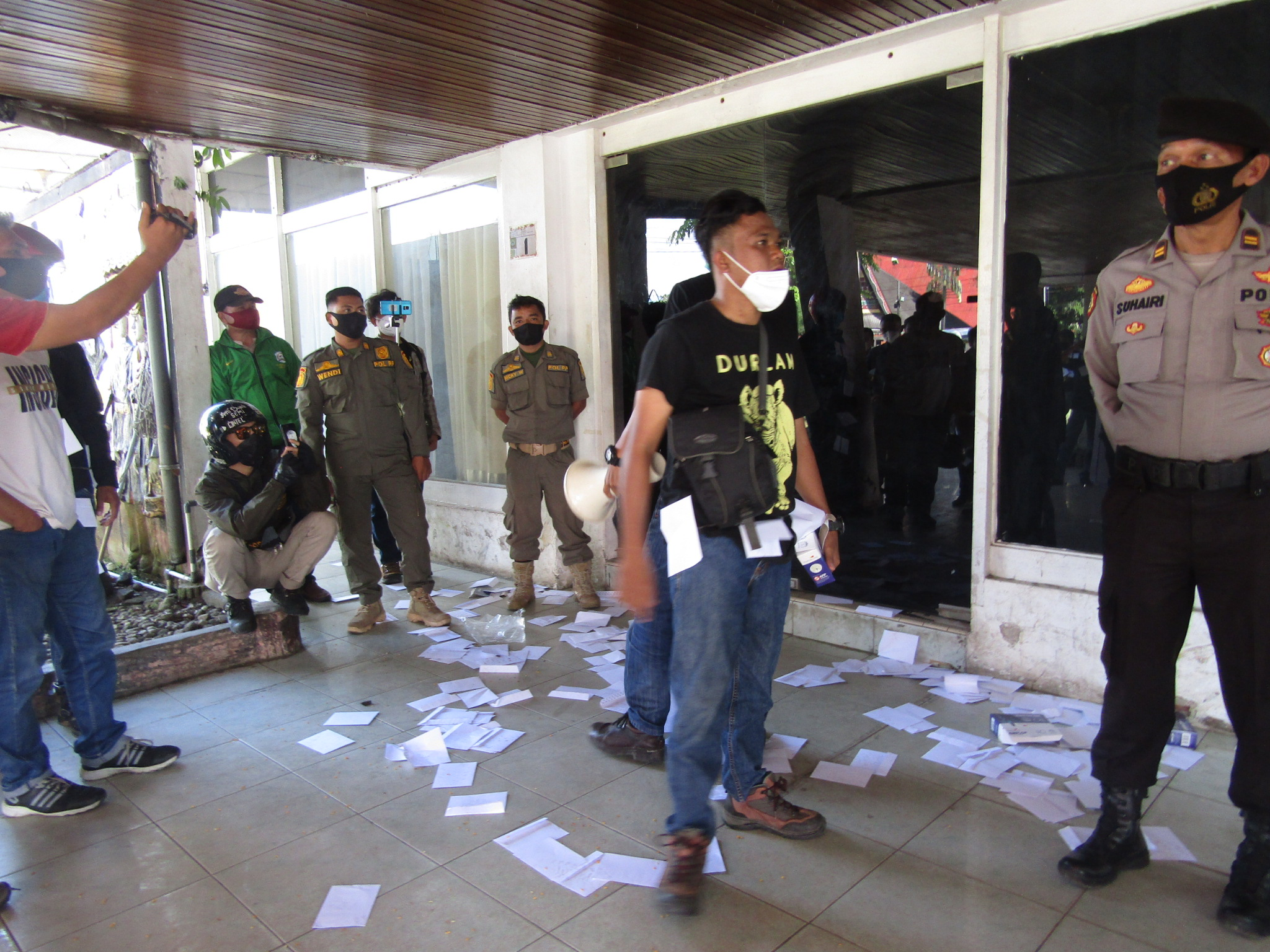 Demo Dugaan Suap, Mahasiswa Lempari Amplop ke Gedung DPRD Padangsidimpuan
