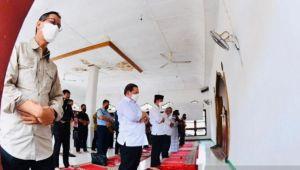 Jokowi Salat Jumat di Lokasi Bencana Banjir Bandang Lembata NTT