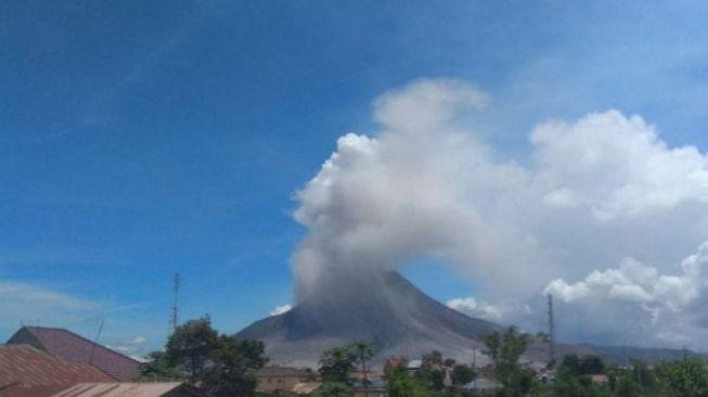 Sinabung Dua Kali Erupsi Hari Ini, Luncurkan Abu Vulkanik Sejauh 2.000 Meter
