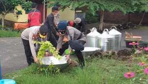 Kapolda NTT Bantu Pembangunan Dapur Umum di Posko Pengungsi