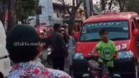 Diduga Motornya Disenggol, Emak-emak Ini Ngamuk Lempar Batu ke Sopir Angkot