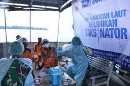 TNI AL Vaksinasi Masyarakat Maritim Kepulauan Seribu di Atas Kapal Perang