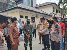 Kapoldasu dan Pangdam Beri Bantuan Kepada Personel di Mapolsek Medan Timur