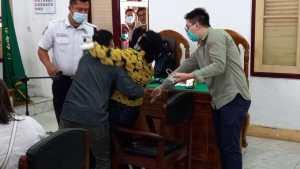 Istri Korban Pembunuhan yang Sempat Viral Menangis Histeris di PN Medan