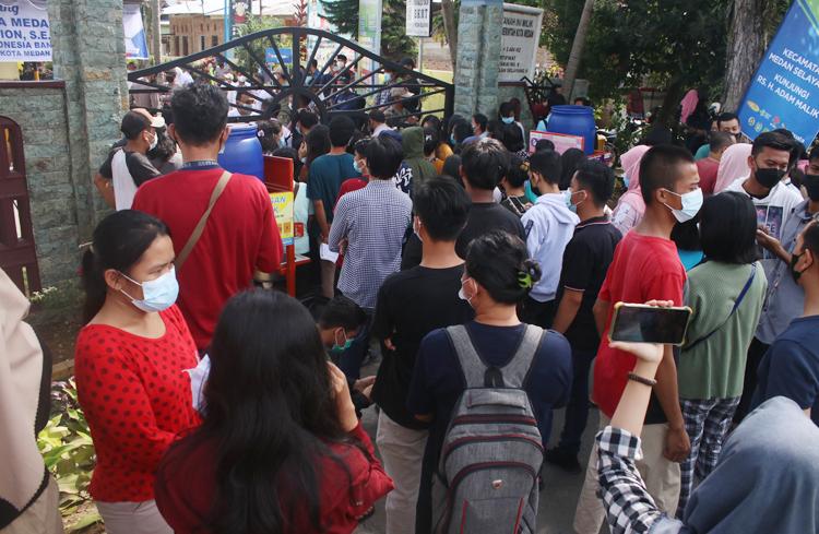 Warga berkerumun di lokasi vaksin kantor camat Medan selayang.