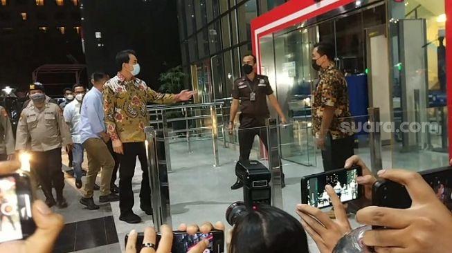 Mangkir Panggilan Dalih Isoman, Wakil Ketua DPR Azis Bungkam saat Diboyong ke KPK
