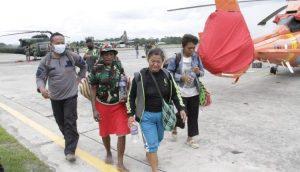Mama Yosepa Taplo bersama ibu Guru Rospiani Purba dievakuasi TNI ke Jayapura karena trauma kekejaman KKB di Kiwirok