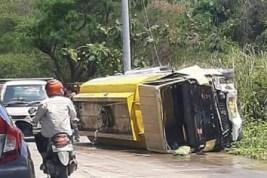 truk tangki terguling