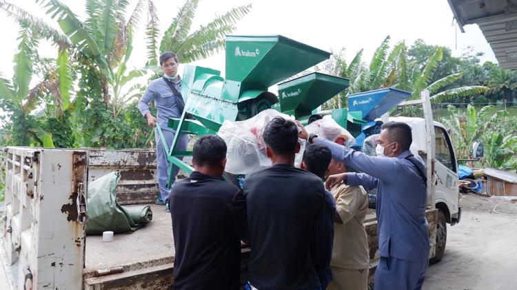 Dukung Pertanian Jagung Petani Toba, Inalum Serahkan Alat Pemipil Jagung