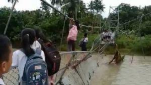 Bertaruh Nyawa! Siswa di Nias Bergelantungan di Jembatan untuk Pergi Sekolah