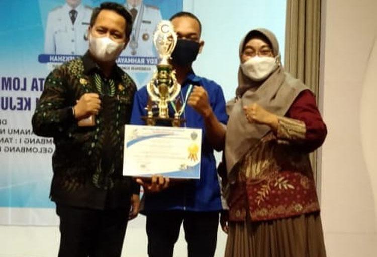 Kepsek SMKN 1 diabadikan bersama siswa juara 1 LKS sumut didampingi Kasi SMK Disdik Sumut.