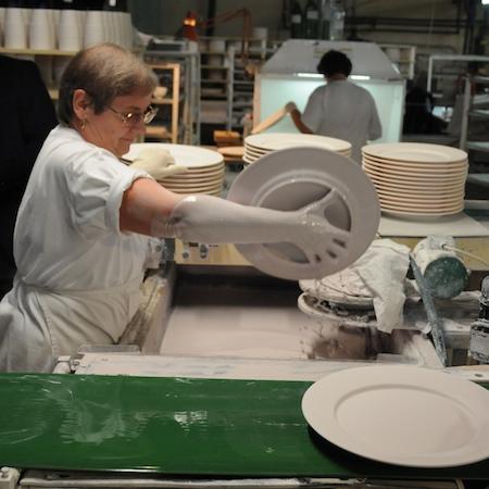 Guy Degrenne visite d'usine émaillage manuel de la porcelaine
