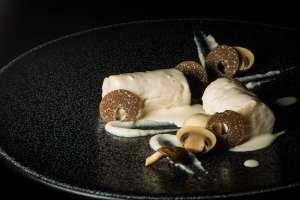 La recette : quenelles «black & white», truffes et saint-jacques au vin jaune