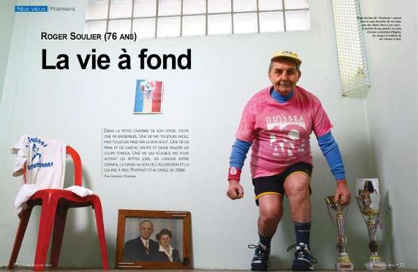 Roger Soulier, dit «Bouboule», posant dans la cage d'escalier de son foyer avec des objets chers à son cœur : le portrait de ses parents, sa carte d'ancien combattant d'Algérie, les coupes et maillots de ses courses à pied. (photo © Jean-Luc Petit)