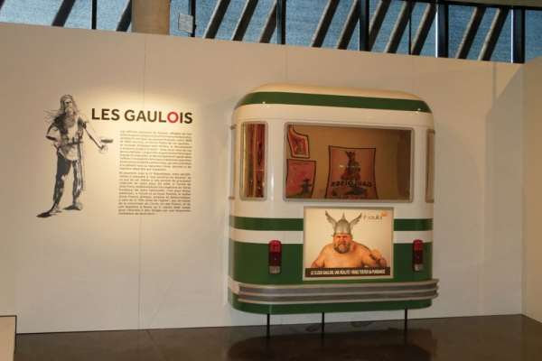 Un guerrier gaulois à l'arrière d'un bus parisien. Comme le montre l'exposition, la pub ne recule devant rien !
