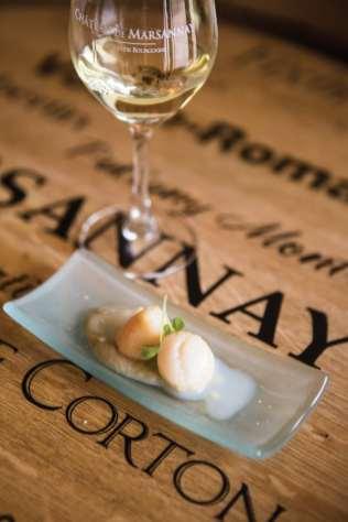 Seul blanc proposé lors de cette masterclass : le fringant marsannay Champs Perdrix 2015 entame un joli pas de danse avec ces noix de Saint Jacques snackées accompagnées d'un crémeux d'artichauts.