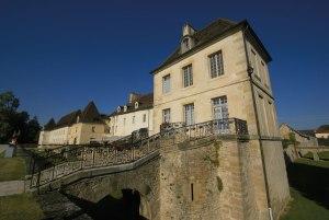 Château de Gilly, à fond derrière le semi