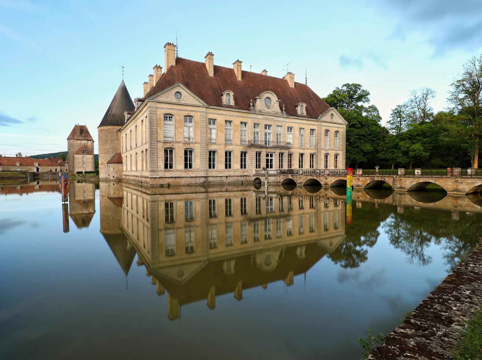 Le château de Commarin et ses douves