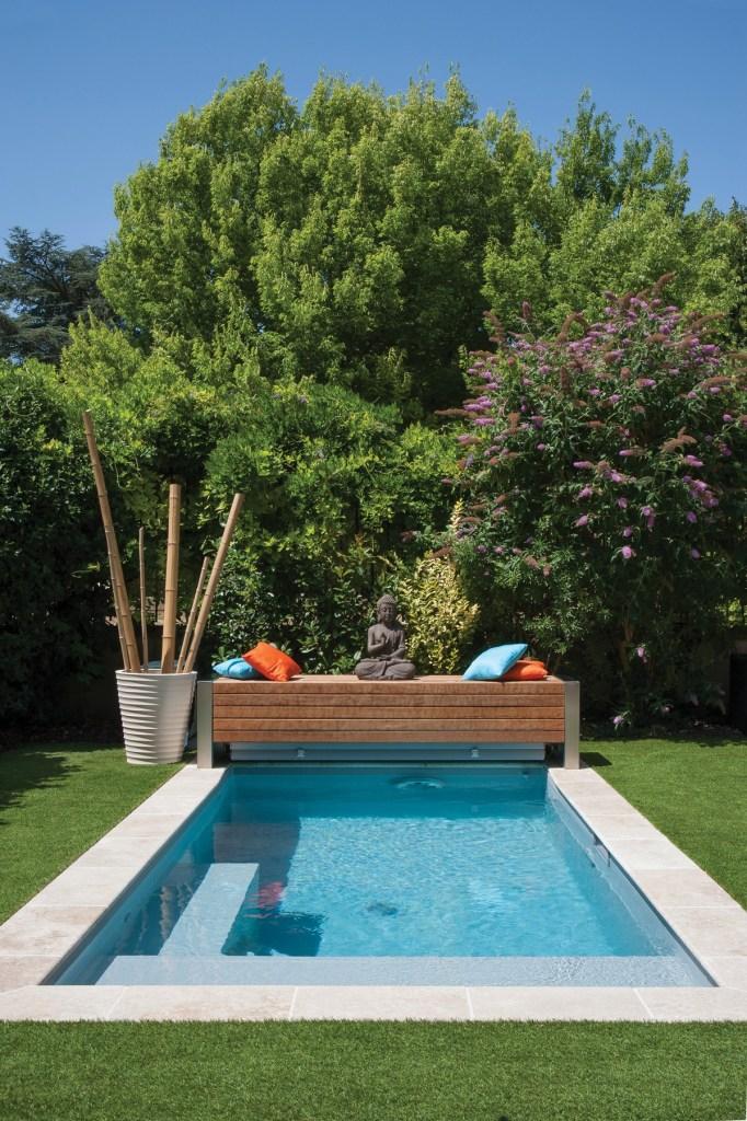 Pour un bain zen dans le jardin. Un endroit comme celui-là se doit d'être en phase avec son environnement. Soumis aux influences multiples il est source de spiritualité et, inversement, la spiritualité peur l'inspirer. © Sophie Carles / L'esprit piscine