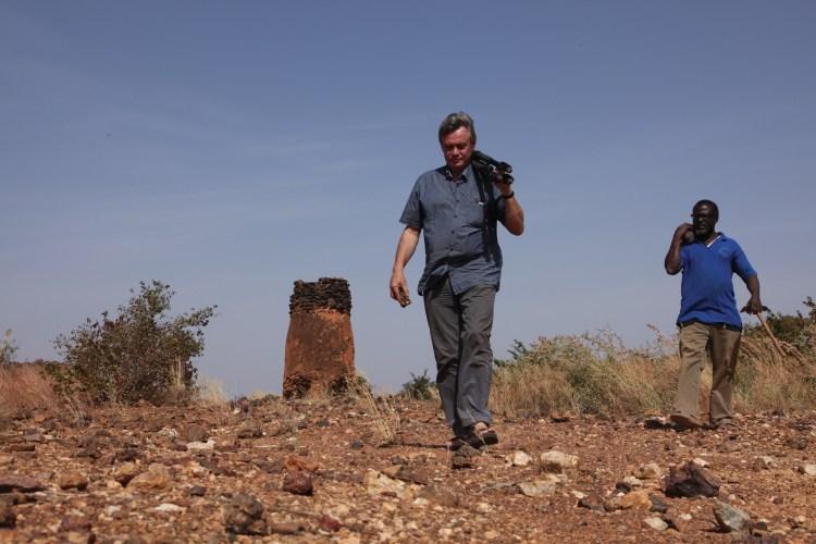Vincent Guichard, directeur de Bibracte, dans la brousse du Burkina. © Vincent B.