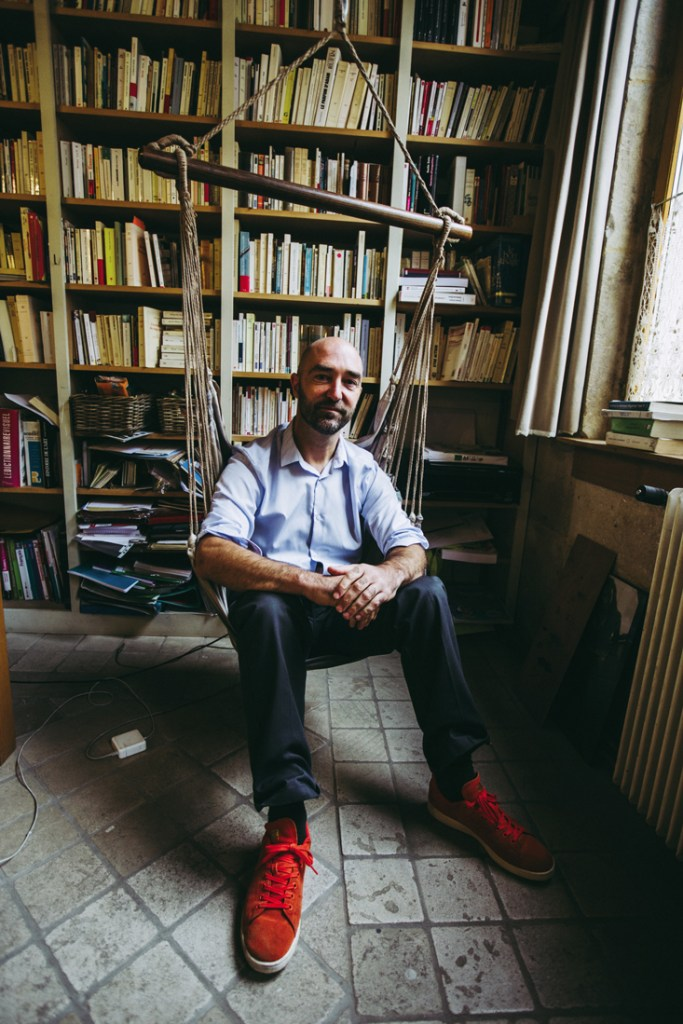 Franck Dujoux dans le salon-bibliothèque de sa demeure montbardoise. Son bureau est à quelques pas, aménagé dans une petite extension donnant directement sur le jardin qui domine le lit de la Brenne.